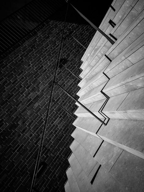 手すりとレンガの壁の階段 無料写真