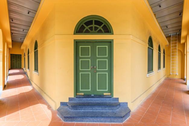 Музей пхукета бабы (здание standard chartered bank) в городе пхукет, таиланд Premium Фотографии