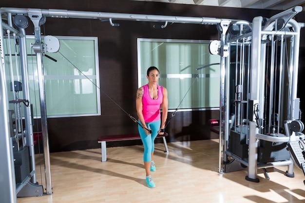 立ちケーブルクロスオーバーフライ飛ぶ女性トレーニング Premium写真