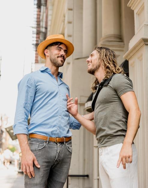 お互いに冗談を笑って立っている男性 無料写真