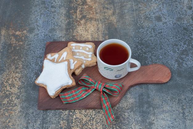星型のジンジャーブレッドクッキーと木の板にお茶を。高品質の写真 無料写真