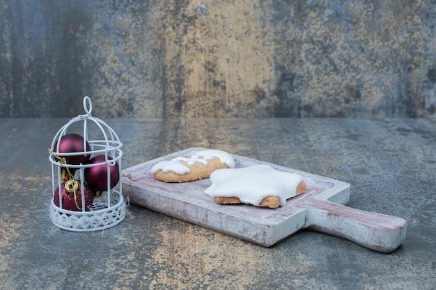 Biscotti di panpepato a forma di stella e mazzo di palline sulla superficie di marmo. foto di alta qualità Foto Gratuite