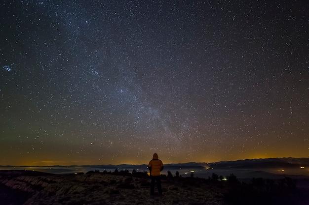 天の川の景色と山々と星空 Premium写真