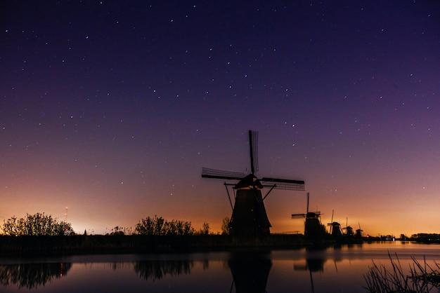 オランダの工場の上の星空。 Premium写真