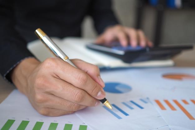 Start the business by studying and calculating historical investment data. Premium Photo