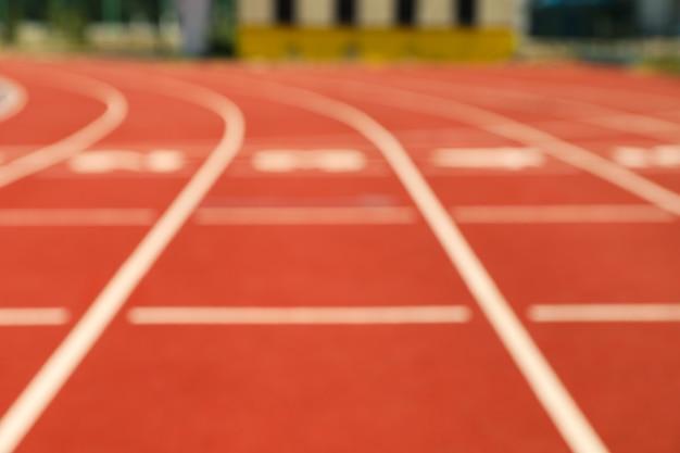 Старт красной спортивной трассы с номерами, размытый фон Premium Фотографии