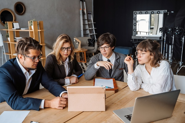 Startup diversity teamwork brainstorming meeting concept Free Photo