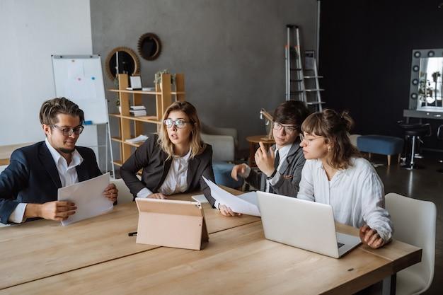 Startup diversity teamwork brainstorming meeting concept. Free Photo