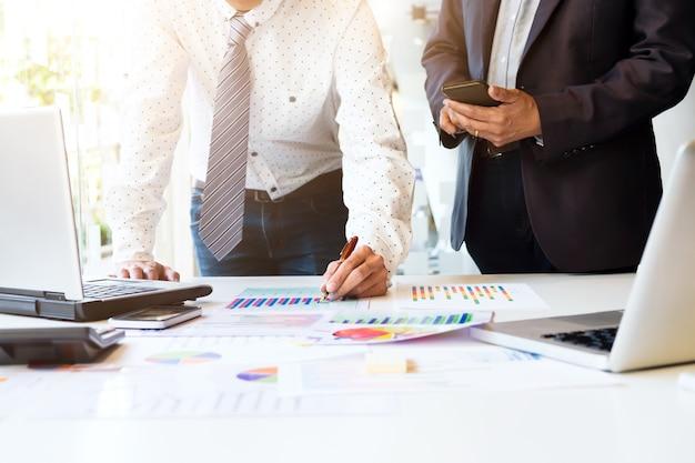 Заседание бизнес-группы по запуску бизнеса анализирует маркетинговые данные. Бесплатные Фотографии