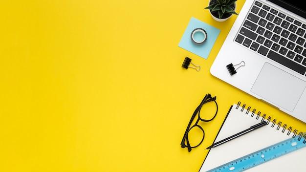 복사 공간와 노란색 배경에 편지지 배열 프리미엄 사진