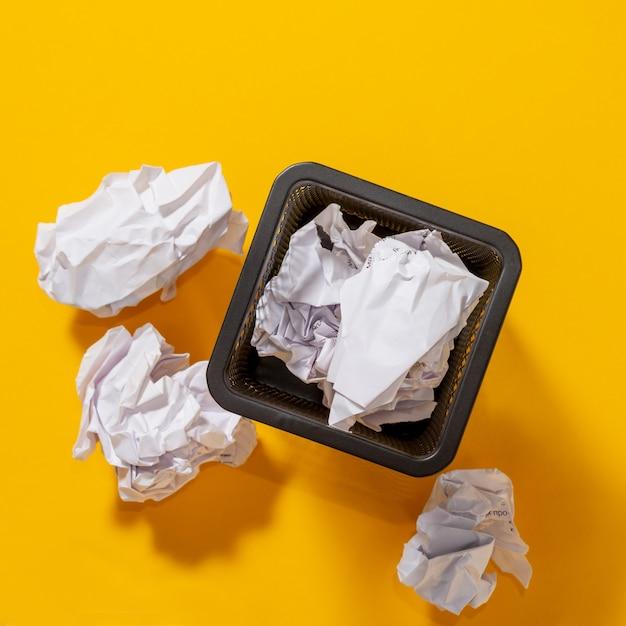 Корзина канцелярских принадлежностей для ручек с мятыми бумажными шариками, концептуальный поиск идей, вдохновение. вид сверху. Premium Фотографии