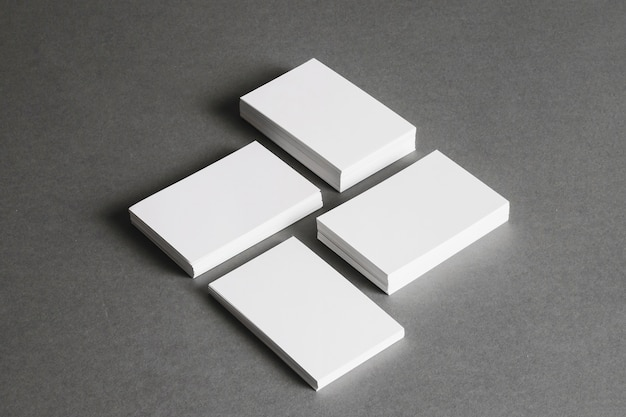 Концепция канцелярских товаров с четырьмя стопками визитных карточек Premium Фотографии