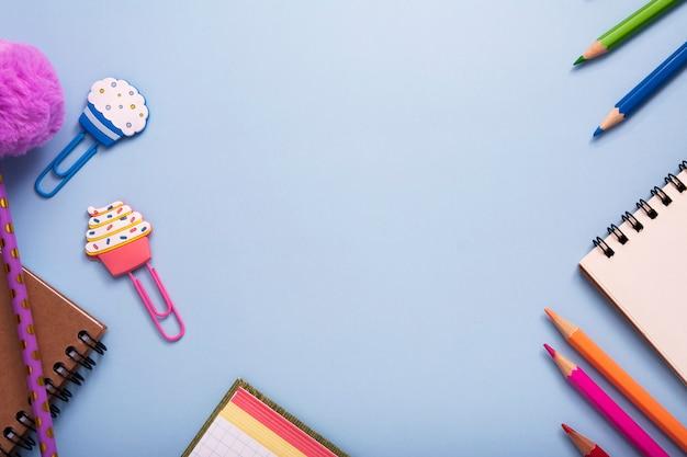 文房具は、青色の背景にフレームを形成しました。スペースをコピーします。学校や教育の概念に戻る Premium写真