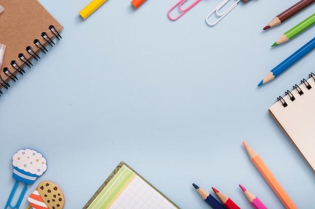 文房具は明るい青の背景にフレームを形成しました。コピースペース Premium写真