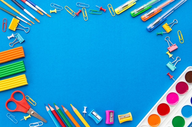 青色の背景、上面図、フラットレイアウトの文房具フレーム Premium写真