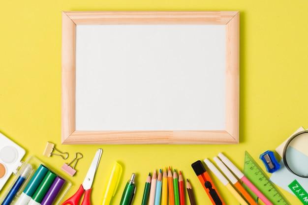 Materiale scolastico di cancelleria con copia spazio incorniciato Foto Gratuite