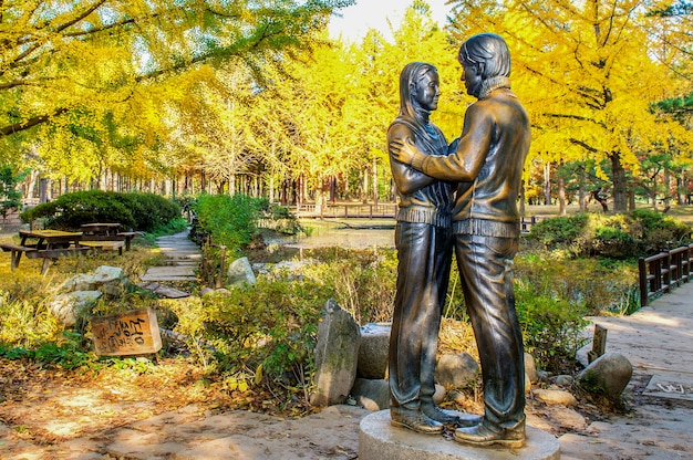 南怡島周辺の銅像と美しい風景 無料写真