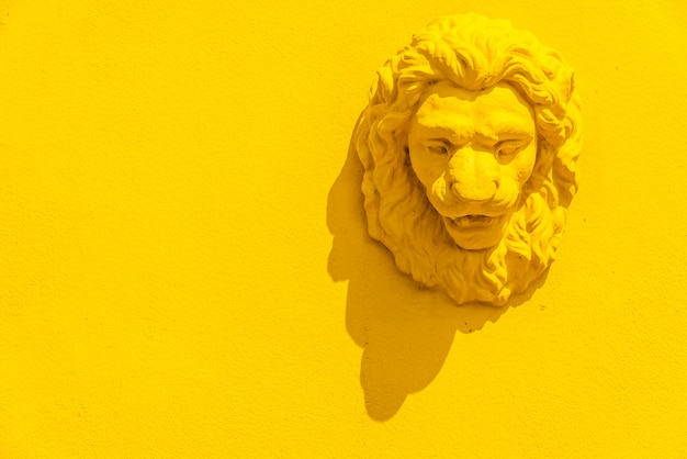 Statue of the head of a lion Free Photo