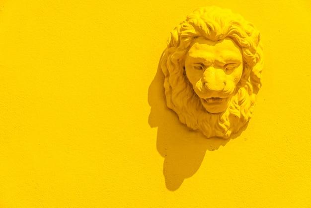Statua della testa di un leone Foto Gratuite
