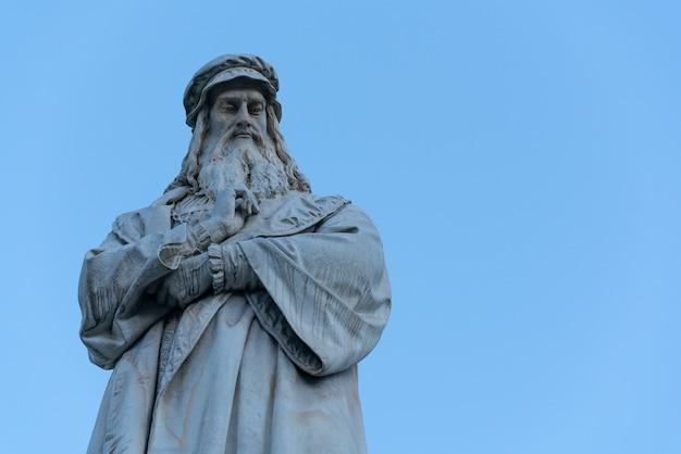 The statue of leonardo da vinci on clear blue sky in milano, italy. Premium Photo
