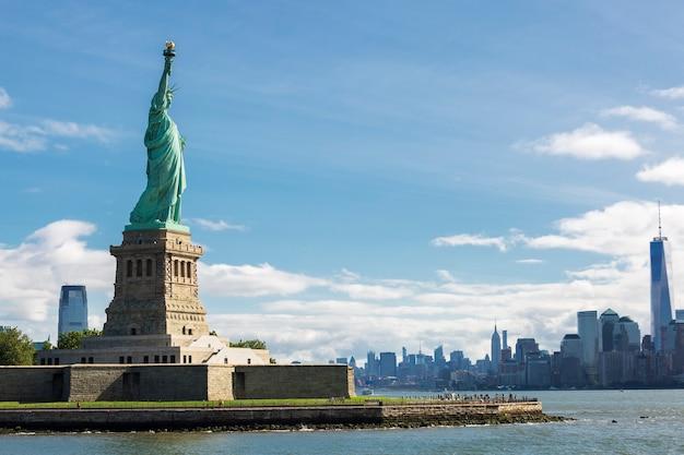 Statua della libertà e skyline di new york city, usa. Foto Gratuite