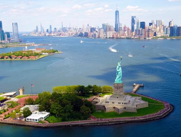 Statue of liberty and new york city Premium Photo