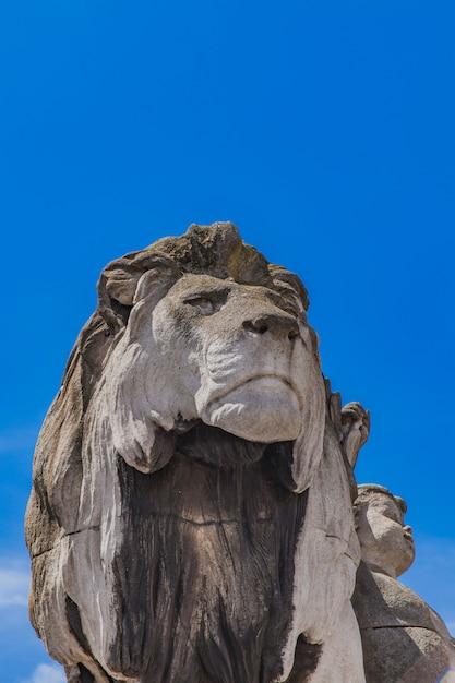 Statue lion a l'enfant at pont alexandre iii in paris Premium Photo