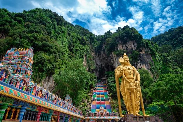 Statue of lord muragan and entrance at batu caves in kuala lumpur, malaysia. Premium Photo