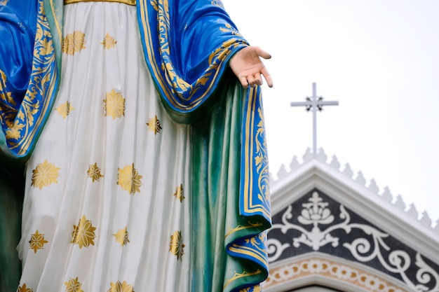 Statue maria and church Premium Photo