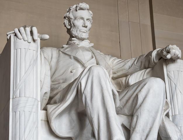 アブラハムリンカーンの像。リンカーン記念館オフセンターワシントンdcのナショナルモール Premium写真