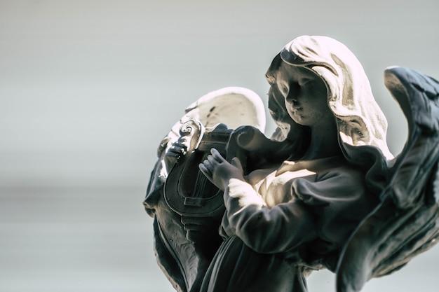 정원에서 하프를 연주 천사의 동상 프리미엄 사진