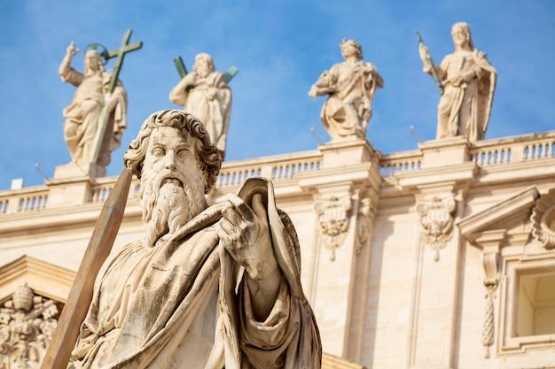サンピエトロ大聖堂の前にある使徒パウロの像 Premium写真