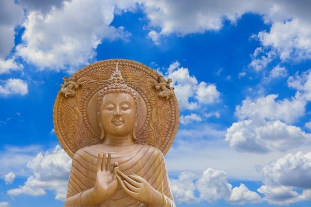 Статуя будды на голубом небе Premium Фотографии