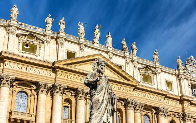 バチカンの大聖堂近くの聖パウロの像 Premium写真