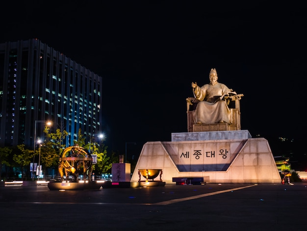 Statue of the sejong the great at gwanghwamun square Premium Photo