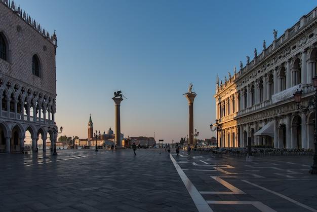 イタリア、ベニスのドージェ宮殿の彫像と建物 無料写真