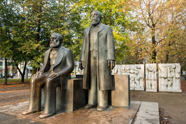 Statues of karl marx and friedrich engels, near alexanderplatz, in the former east berlin Premium Photo