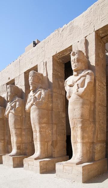 Statue nel tempio di karnak Foto Gratuite