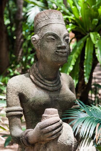 Le statue in un moderno hotel di lusso, samui, thailandia Foto Gratuite