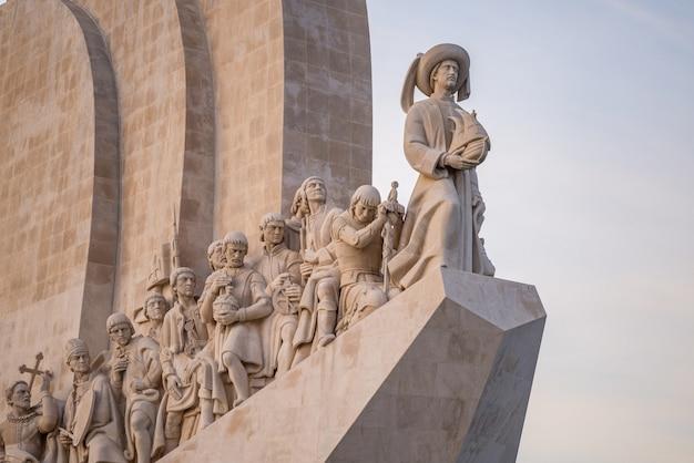 Statue sul monumento delle scoperte sotto la luce del sole a lisbona in portogallo Foto Gratuite