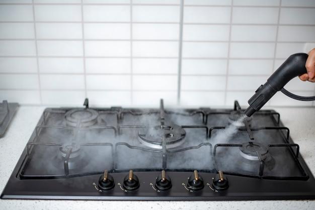 집의 증기 소독 및 살균, 주방 가스 렌지의 증기 처리 프리미엄 사진