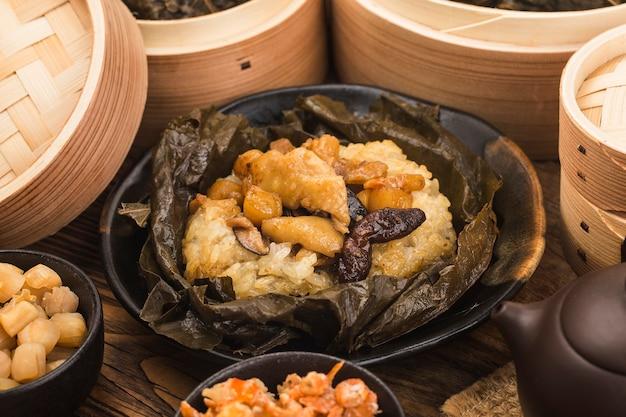 鶏肉の蓮の葉もち米蒸し Premium写真