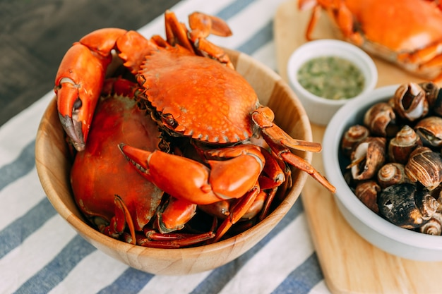 Steamed giant mud crabs in wooden bowl served with thai spicy seafood sauce. Premium Photo