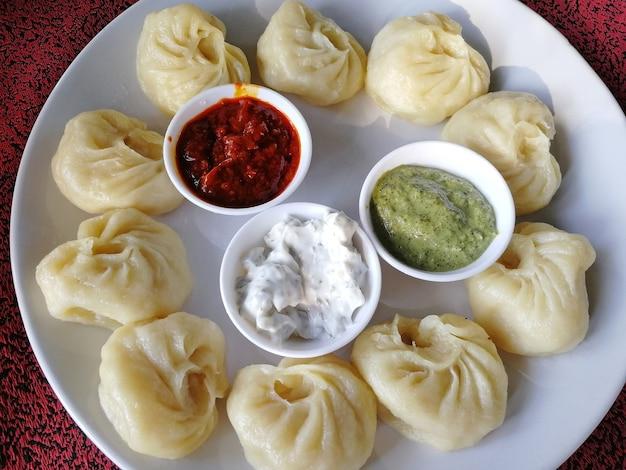 蒸しネパールの伝統的なモモ餃子 Premium写真