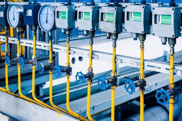 Стальные трубопроводы и кабели на заводе Бесплатные Фотографии