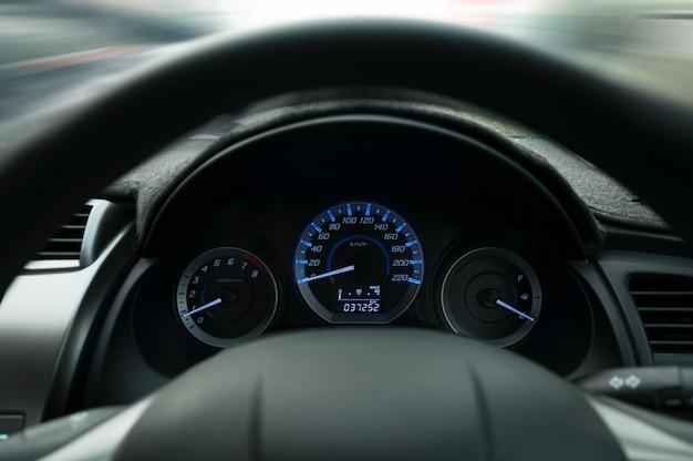 Рулевое колесо и приборная панель, предупреждение о пристегнутом ремне безопасности на приборной панели автомобиля информация для безопасности водителя Premium Фотографии