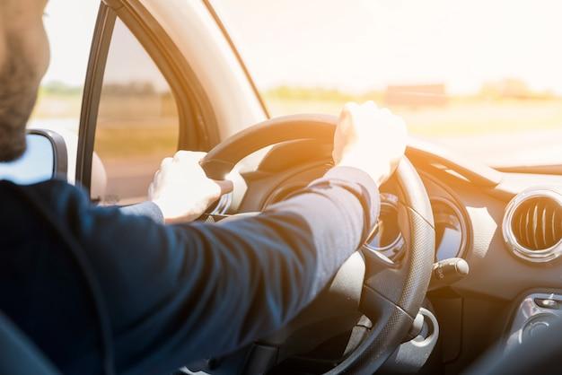 Рулевое колесо освещается лучом солнца Premium Фотографии
