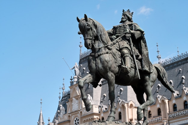 Stefan cel mare statue in front of palace of culture at daylight Premium Photo