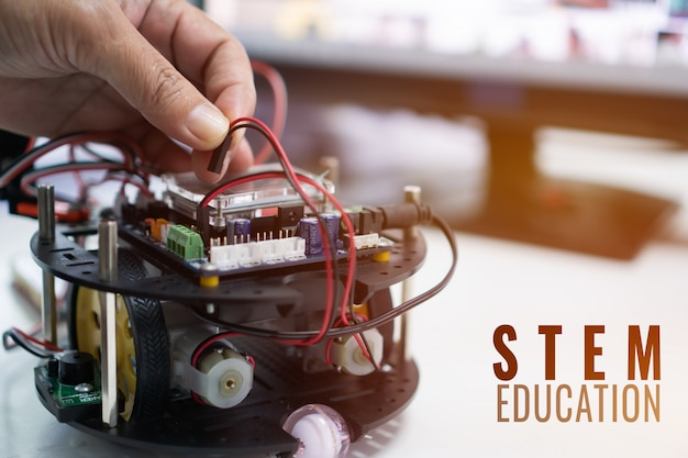 Stem教育用ロボットプロジェクトの作成、ロボット用diy電子キット電子ボードトラッキング競技 Premium写真