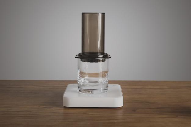 Пошаговое приготовление кофе в аэропрессе аэропресс на прозрачном стакане rox для виски профессиональное приготовление кофе кафе-магазин Бесплатные Фотографии